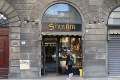 Ο τουρίστας, whpo εξετάζει το κατάστημα στοκ φωτογραφία με δικαίωμα ελεύθερης χρήσης