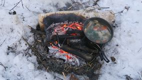 Ο τουρισμός, σούπα ψαριών είναι μαγειρευμένος στον πάσσαλο σε ένα πεζοπορώ φιλμ μικρού μήκους
