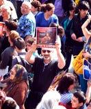 Ο τουρκικός διαμαρτυρόμενος κρατά ένα σημάδι κατά τη διάρκεια μιας πολιτικής επίδειξης Στοκ φωτογραφία με δικαίωμα ελεύθερης χρήσης