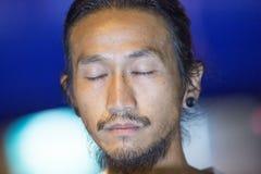 Ο τραγουδιστής ` Toon Bodyslam ` βράχου σούπερ σταρ Khongmalai Athiwara ολοκλήρωσε τη φιλανθρωπία του που οργανώθηκε για τις δωρε Στοκ Εικόνα