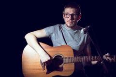 Ο τραγουδιστής ατόμων στην κιθάρα παιχνιδιών και τραγουδά Στοκ Εικόνες