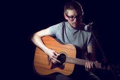 Ο τραγουδιστής ατόμων στην κιθάρα παιχνιδιών και τραγουδά Στοκ εικόνα με δικαίωμα ελεύθερης χρήσης