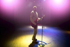 Ο τραγουδιστής ατόμων στην κιθάρα παιχνιδιών και τραγουδά Στοκ Φωτογραφία