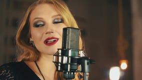 Ο τραγουδιστής με φωτεινό αποτελεί να αποδώσει στη σκηνή στο μικρόφωνο τζαζ Σκουλαρίκια απόθεμα βίντεο