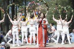 Ο τραγουδιστής τραγουδά ένα τραγούδι στο ρωσικό εθνικό φόρεμα Στοκ Φωτογραφίες
