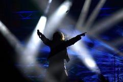 ο τραγουδιστής χαιρετίζει το ακροατήριο από το στάδιο Στοκ φωτογραφία με δικαίωμα ελεύθερης χρήσης