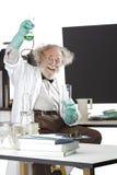 Ο τρελλός επιστήμονας πραγματοποιεί το πείραμα χημείας Στοκ φωτογραφίες με δικαίωμα ελεύθερης χρήσης