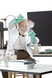 Ο τρελλός επιστήμονας πραγματοποιεί το πείραμα χημείας Στοκ Εικόνα