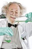 Ο τρελλός επιστήμονας πραγματοποιεί το πείραμα χημείας Στοκ εικόνα με δικαίωμα ελεύθερης χρήσης