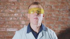 Ο τρελλός επιστήμονας τρώει ένα παγωμένο λαϊκό καλαμπόκι απόθεμα βίντεο