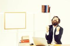 Ο τρελλός επιχειρηματίας χαίρεται στην αρχή στοκ εικόνες