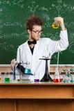Ο τρελλός καθηγητής εξετάζει τη φιάλη Bunsen Στοκ φωτογραφία με δικαίωμα ελεύθερης χρήσης