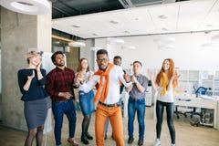 Ο τρελλός προϊστάμενος afro χορεύει μπροστά από τους υπαλλήλους του Στοκ φωτογραφία με δικαίωμα ελεύθερης χρήσης