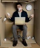 Ο τρελλός υπάλληλος αισθάνεται την ενόχληση στην εργασία στοκ φωτογραφία με δικαίωμα ελεύθερης χρήσης