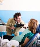 Ο τρελλός ασθενής οδοντιάτρων στον οδοντίατρο, ο ασθενής είναι τρομαγμένος Στοκ φωτογραφία με δικαίωμα ελεύθερης χρήσης