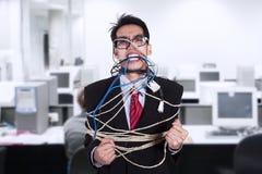 Ο τρελλός επιχειρηματίας εσύνδεσε το καλώδιο και το σχοινί στο γραφείο Στοκ Εικόνες