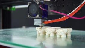 ο τρισδιάστατος εκτυπωτής τυπώνει τα πολλαπλάσια αντικείμενα μορφής μερών φιλμ μικρού μήκους