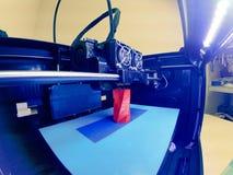 ο τρισδιάστατος εκτυπωτής τυπώνει τη μορφή λειωμένης πλαστικής κόκκινης κινηματογράφησης σε πρώτο πλάνο Στοκ Φωτογραφία