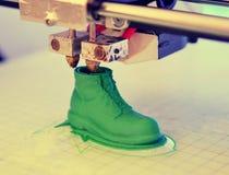 ο τρισδιάστατος εκτυπωτής τυπώνει τη μορφή λειωμένης πλαστικής πράσινης κινηματογράφησης σε πρώτο πλάνο Στοκ Εικόνες