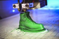 ο τρισδιάστατος εκτυπωτής τυπώνει τη μορφή λειωμένης πλαστικής πράσινης κινηματογράφησης σε πρώτο πλάνο Στοκ Εικόνα