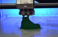 ο τρισδιάστατος εκτυπωτής τυπώνει τη μορφή λειωμένου πλαστικού πράσινου Στοκ Εικόνα