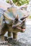 ο τρισδιάστατος δεινόσαυρος ψαλιδίσματος πέρα από το μονοπάτι δίνει το λευκό σκιών triceratops Στοκ Εικόνες
