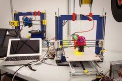 ο τρισδιάστατος εκτυπωτής στο ρομπότ και οι κατασκευαστές παρουσιάζουν στοκ φωτογραφία με δικαίωμα ελεύθερης χρήσης