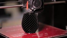 ο τρισδιάστατος εκτυπωτής τυπώνει ένα βάζο φιλμ μικρού μήκους