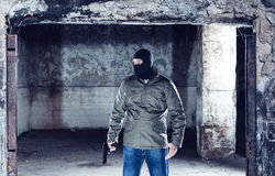 Ο τρομοκράτης με το πυροβόλο όπλο Στοκ εικόνες με δικαίωμα ελεύθερης χρήσης