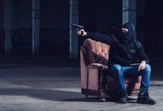 Ο τρομοκράτης που δείχνει με το πυροβόλο όπλο Στοκ Εικόνες