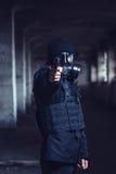 Ο τρομοκράτης που δείχνει το πυροβόλο όπλο Στοκ Εικόνες