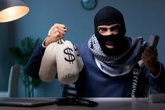 Ο τρομοκράτης που ζητά τα λύτρα χρημάτων πέρα από το τηλέφωνο Στοκ Φωτογραφίες