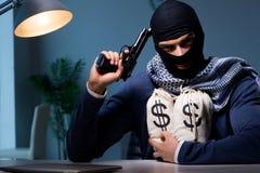 Ο τρομοκρατικός διαρρήκτης με το πυροβόλο όπλο που ζητά τα λύτρα χρημάτων Στοκ Φωτογραφία