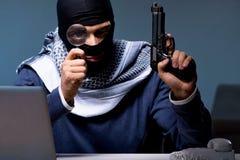 Ο τρομοκρατικός διαρρήκτης με το πυροβόλο όπλο που ζητά τα λύτρα χρημάτων Στοκ φωτογραφία με δικαίωμα ελεύθερης χρήσης