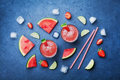 Ο τροπικός καταφερτζής καρπουζιών με τις φέτες των φρούτων στην μπλε άποψη επιτραπέζιων κορυφών στο επίπεδο βάζει το ύφος Θερινός στοκ φωτογραφίες