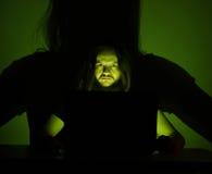 Ο τρυπημένος χρήστης εξετάζει τον υπολογιστή του κοιτάζοντας βιαστικά μέσω του Διαδικτύου Στοκ εικόνες με δικαίωμα ελεύθερης χρήσης
