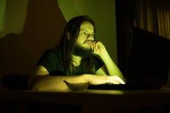 Ο τρυπημένος χρήστης εξετάζει τον υπολογιστή του κοιτάζοντας βιαστικά μέσω του Διαδικτύου Στοκ φωτογραφία με δικαίωμα ελεύθερης χρήσης