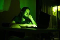 Ο τρυπημένος χρήστης εξετάζει τον υπολογιστή του κοιτάζοντας βιαστικά μέσω του Διαδικτύου Στοκ Εικόνες