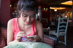 Ο τρόπος ζωής γυναικών χρησιμοποίησε ένα κινητό τηλέφωνο στον καφέ καφέδων Στοκ φωτογραφία με δικαίωμα ελεύθερης χρήσης
