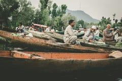 Ο τρόπος ζωής στη λίμνη DAL, Kashmiri άτομα πωλεί τα λαχανικά τους σε μια να επιπλεύσει αγορά στις αρχές των ωρών πριν από την αν στοκ φωτογραφίες