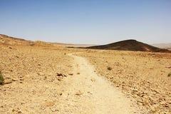 Ο τρόπος στην έρημο Negev και ο Ramon φτιάχνουν κρατήρα Στοκ εικόνα με δικαίωμα ελεύθερης χρήσης