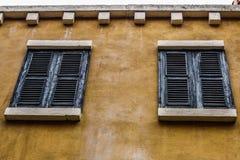 Ο τρύγος έκλεισε το ξύλινο παράθυρο Στοκ Εικόνες
