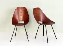 Ο τρύγος στρογγύλεψε τις ξύλινες έδρες με τα μαύρα πόδια Στοκ φωτογραφία με δικαίωμα ελεύθερης χρήσης