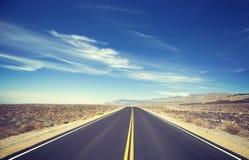 Ο τρύγος τόνισε την ατελείωτη εθνική οδό χωρών στοκ εικόνα