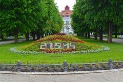 ο τσεχικός karlovy πύργος δημοκρατιών πόλεων ποικίλλει την όψη Το ημερολόγιο λουλουδιών στο τετραγωνικό ` Smetanova καλλιεργεί ` Στοκ φωτογραφία με δικαίωμα ελεύθερης χρήσης