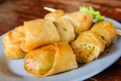 ` Ο τσιγαρισμένος ρόλος ` άνοιξη εξυπηρετεί στο πιάτο, Ταϊλάνδη Στοκ Εικόνες