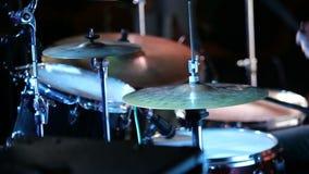 Ο τυμπανιστής βράχου παίζει τη μουσική στη συναυλία απόθεμα βίντεο