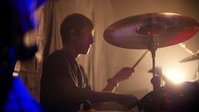 Ο τυμπανιστής και ο κιθαρίστας παίζουν τους ρόούς τους στην αργός-Mo σε μια απόδοση ορχηστρών ροκ στη λέσχη απόθεμα βίντεο