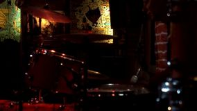 Ο τυμπανιστής παίζει τη μουσική στα τύμπανα Τυμπανιστής με το παίζοντας σύνολο και το πιάτο τυμπάνων τυμπανόξυλων φιλμ μικρού μήκους