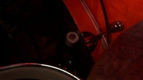 Ο τυμπανιστής παίζει τη μουσική παίζει τύμπανο με τα πόδια την εξάρτηση Τύμπανο που τίθεται στη συναυλία βράχου απόθεμα βίντεο